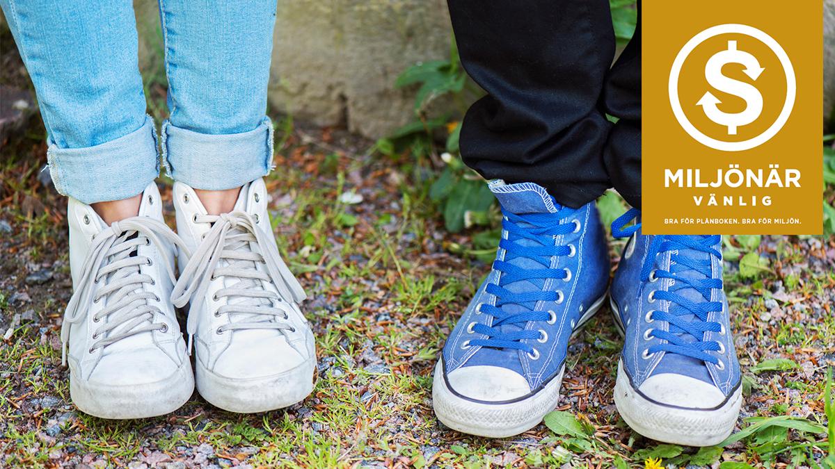 f8eb1d76041 två personers ben och tygskor, plus logga för Miljönär-vänlig